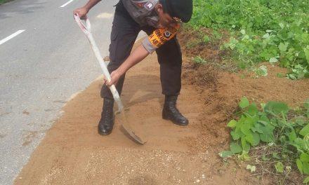 Ciptakan lingkungan bersih, Anggota bhabinkamtibmas Kerja bakti bersama masyarakat