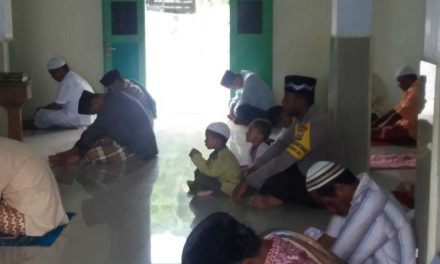 Bhabinkamtibmas Negeri Tamilouw Sambangi, Sholat Jumat Berjamaah