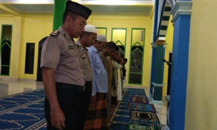 Sholat Berjama'ah Personil Polsek Seram Utara di Mesjid At Taqwa
