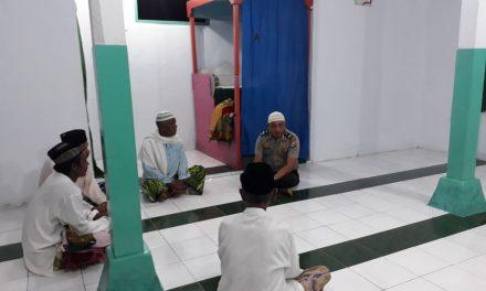 Polsek Teluk Elpaputih melaksanakan Sholat Subuh di Negeri Waraka