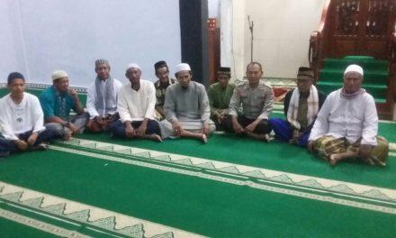 Polsek Wahai bersama Warga Negeri Sawai melaksanakan Sholat Subuh Berjamaah