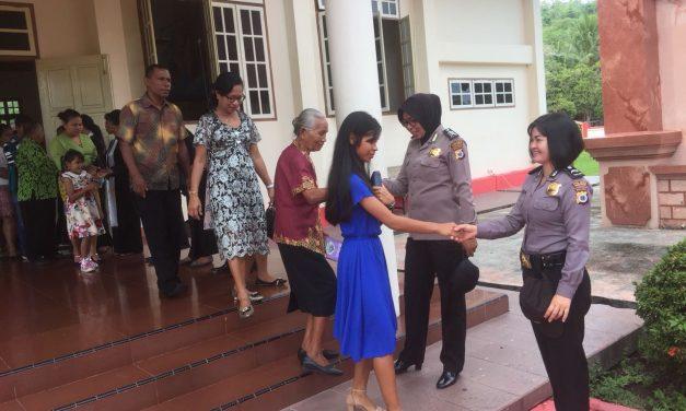 Polwan Polres Maluku Tengah Mengamankan Jalannya Ibadah di Gereja