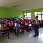 Bhabinkamtibmas Desa Sawai Berantas Berita HOAX di Kalangan Remaja