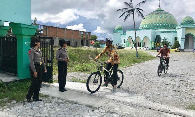 Polwan polres maluku tengah turun mengamankan ibadah sholat jumat di masjid raya masohi