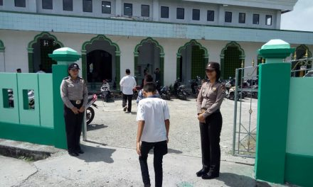 Polwan polres maluku tengah mengamankan ibadah Sholat jumat masjid HJ IBRAHIM TAHIR masohi