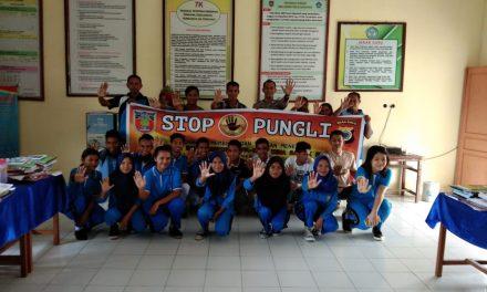 Sosialisasi Saber Pungli, Bhabinkamtibmas Negeri Sahulau di Sekolah SMK Teluk Elpaputih