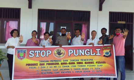 Sosialisasi Saber Pungli, Bhabinkamtibmas Desa Tananahu di Sekolah SMA Negeri 1 Teluk Elpaputih