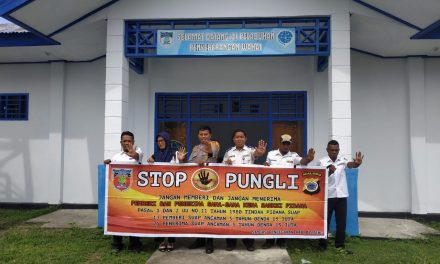 Sosialisasi Saber Pungli, Bhabinkamtibmas Air Besar di Pelabuhan Penyebrangan Feri Wahai