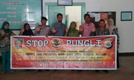 Sosialisasi Saber Pungli, Kanit Binmas P. P Banda Neira di Kantor UPTD Dinas Pendidikan dan Kebudayaan Kecamatan P. P Banda Neira
