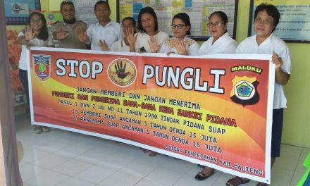 Sosialisasi Saber Pungli, Bhabinkamtibmas Negeri Tananahu di Sekolah SD Kristen Tananahu