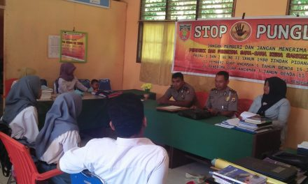 Sosialisasi Saber Pungli, Personil Polsek Seram Utara di SMA Negeri 2 Seram Utara