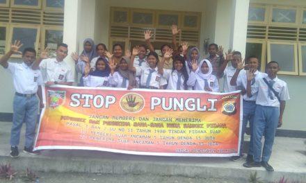 Sosialisasi Sabee Pungli, Bhabinkamtibmas Negeri Waraka di Sekolah SMA Negeri 3 Waraka Kecamatan Teluk Elpaputih