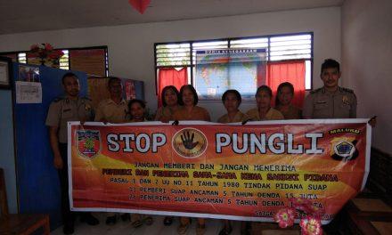 Sosialisasi Saber Pungli, Personil Polsek TNS/Waipia di Sekolah SD Kristen Negeri Bumei