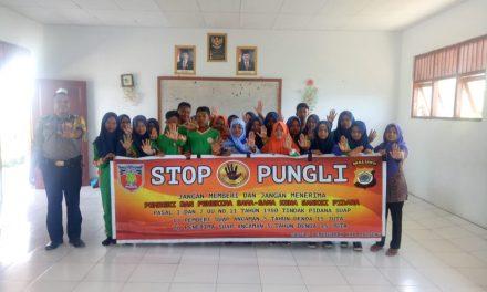Sosialisasi Saber Pungli, Bhabinkamtibmas Waiasih di Sekolah SMP Negri 4 Seram Utara Timur Kobi