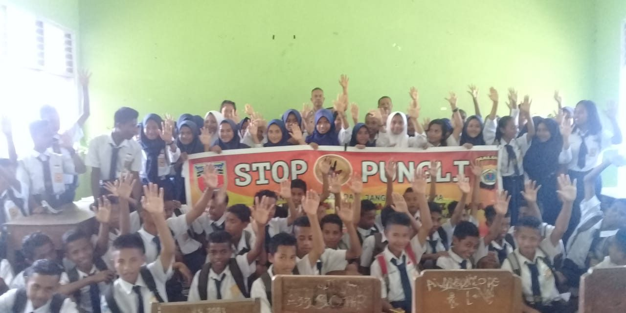 Sosialisasi Saber Pungli, Kanit Binmas Polsek Tehoru di Sekolah SMP Negeri I Kecamatan Tehoru