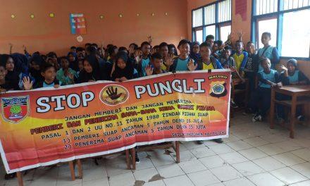 Sosialisasi Saber Pungli. Bhabinkamtibmas Desa ADM Kobi Mukti di Sekolah SMP Negeri 2 Kecamatan Seram Utara Timur Kobi