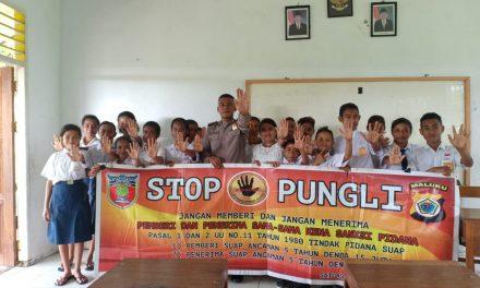 Sosialisasi Saber Pungli, Bhabinkamtibmas Desa Pasahari di Sekolah SMP Negeri 7 Seram Utara Satu Atap