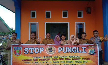 Sosialisasi Saber Pungli, Bhabinkamtibmas Desa Aketernate di Kantor Desa Waimusal Kecamatan Seram Utara Timur Seti