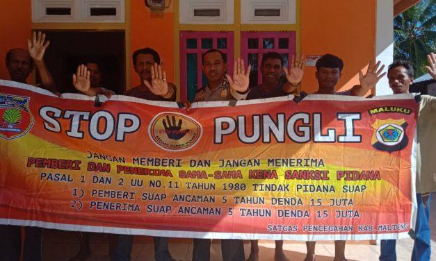 Sosialisasi Saber Pungli, Bhabinkamtibmas Desa Adminitratif Besi di Rumah Ketua RT 03 Kecamatan Seram Utara