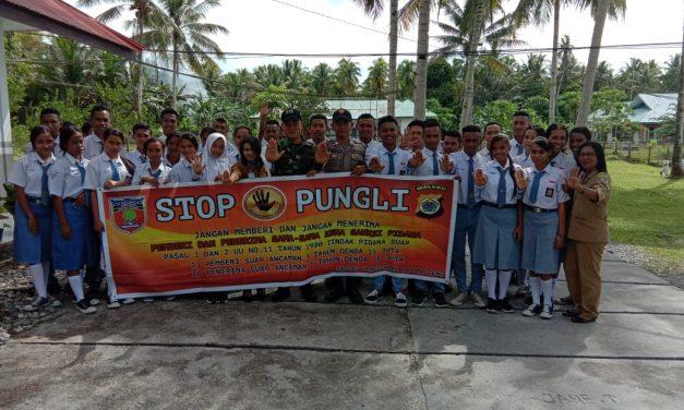 Sosialusasi Saber Pungli, Bhabinkamtibmas Desa Tananahu di Sekolah SMA Negeri 1 Kecamatan Teluk Elpaputih