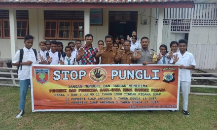 Sosialisasi Saber Pungli, Bhabinkamtibmas Desa Samasuru di Sekolah SMK Negeri 1 Desa Liang Kecamatan Teluk Elapaputih