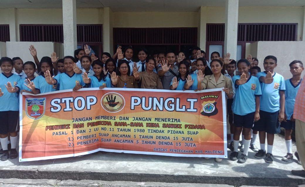 Sosialisasi Saber Pungli, Bhabinkamtibmas Desa Liang di Sekolah SMP Negeri 1 Teluk Elpaputih Desa Liang