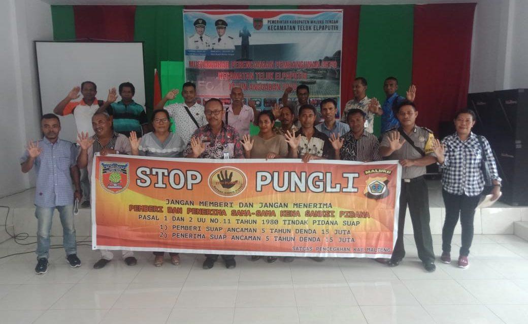 Sosialisasi Saber Pungli, Bhabinkamtibmas Desa Samasuru di Balai Petermuan Negeri Sahulau Kecamatan Teluku Elpaputih