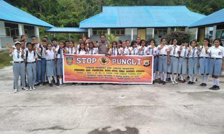 Sosialisasi Saber Pungli, Bhabinkamtibmas Negeri Elapaputih di Sekolah SMA Negeri Elpaputih Kabupaten Seram Bagian Barat