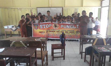 Sosialisasi Saber Pungli, Bhabinkamtibmas Desa Waraka di Sekolah SD Kristen Tananahu Kecamatan Teluk Elpaputih