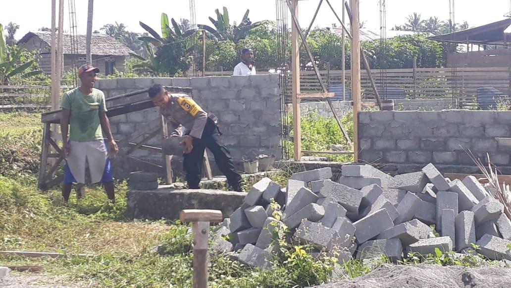 Bhabinkamtibmas Polsek Teluk Elpaputih, Polres Maluku Tengah turun tangan bantu membangun Rumah Masyarakat