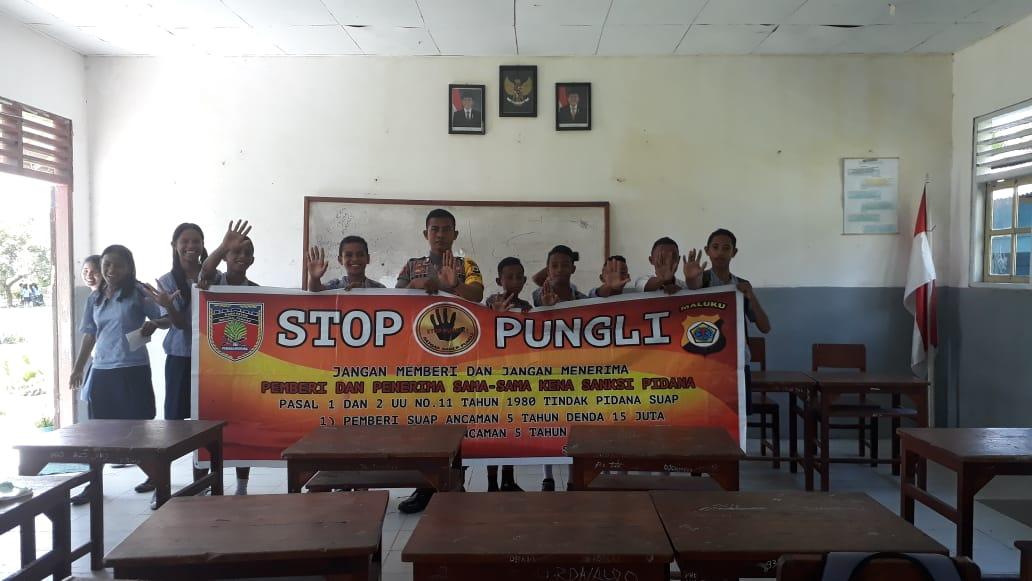 Sosialiasasi Saber Pungli, Bhabinkamtibmas Negeri Waraka di Sekolah SMP Negeri 5 Teluk Elpaputih