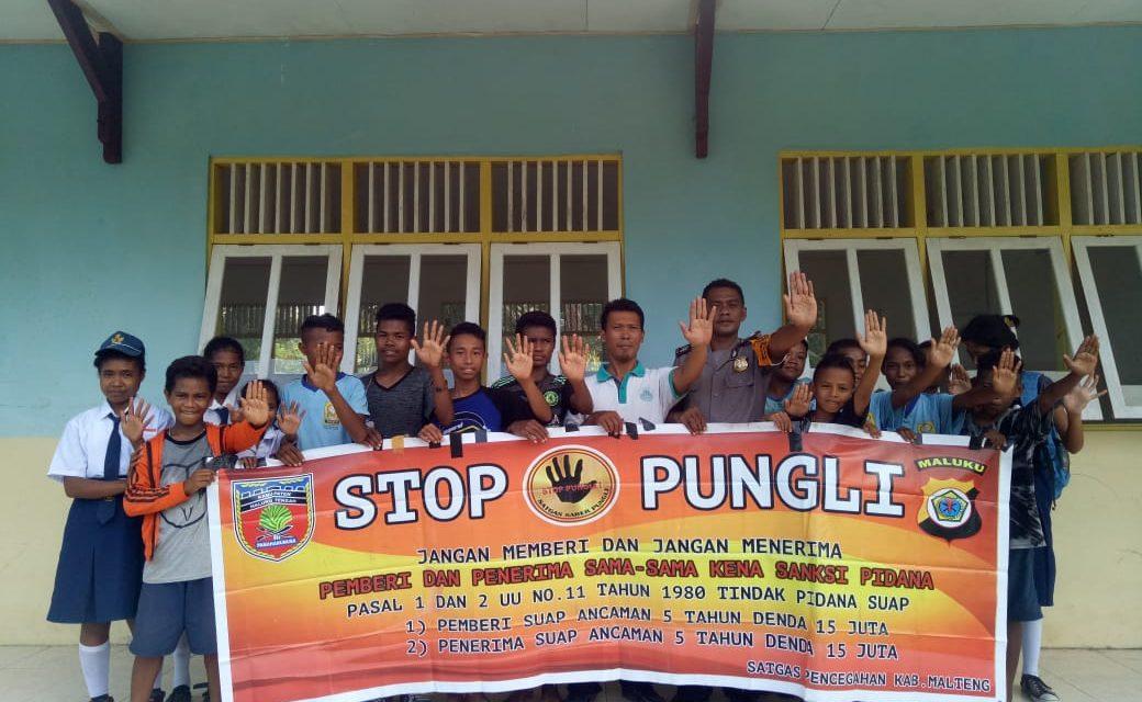 Sosialisasi Saber Pungli, Bhabinkamtibmas Desa Siatele di Sekolah SMP SATAP Desa Siatele Kecamatan Seram Utara