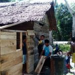 Gotong-royong Bhabinkamtibmas bersama Masyarakat Renovasi Rumah